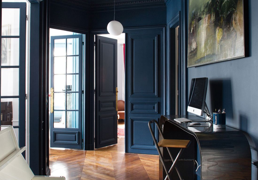 bleu marine et si le bleu marine tait le nouveau noir elle d coration. Black Bedroom Furniture Sets. Home Design Ideas