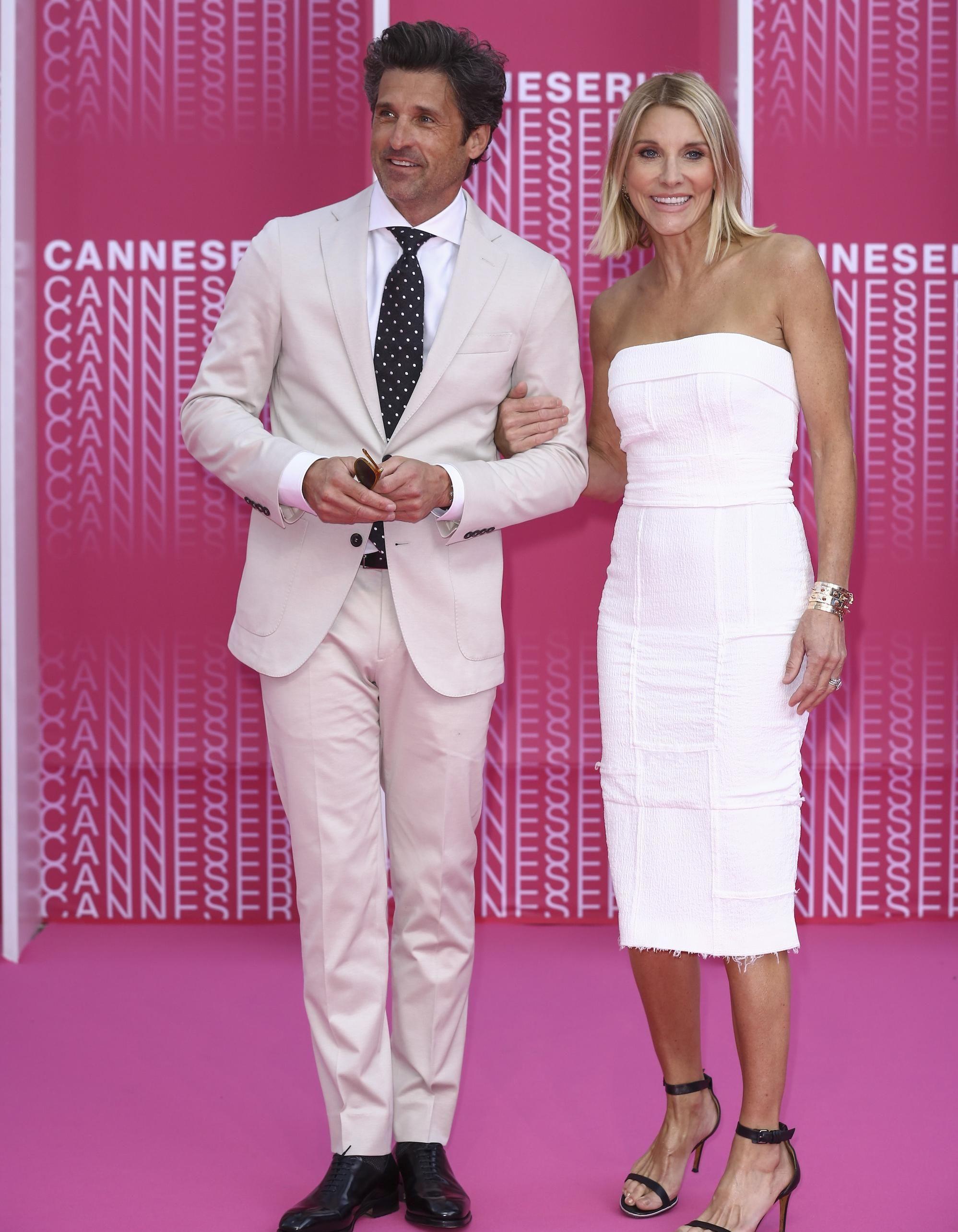 CanneSéries : Patrick Dempsey et sa femme, élégants en blanc pour la soirée d'ouverture de la compétition