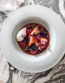 Nage de fraises et fruits rouges au basilic