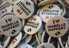 On veut toutes le pin's « I love Huppert » !