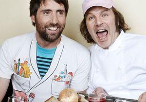 Les chefs cuisinent avec des people