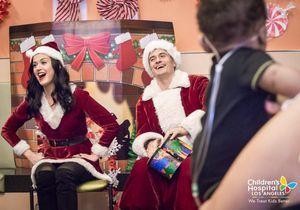 Katy Perry et Orlando Bloom : déguisés en Père et Mère Noël pour rendre visite à des enfants malades