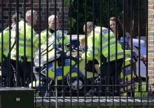 Quand le prince George monte sur une moto de police!