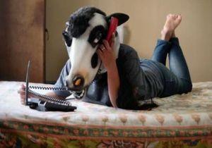Découvrez pourquoi il photographie des femmes avec un masque de vache