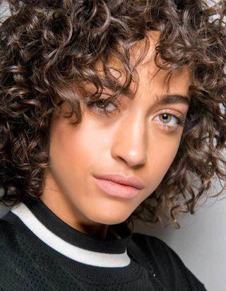 Cheveux bouclés : quelques idées de coiffures pour les sublimer