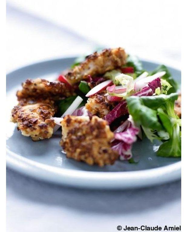 poulet pan aux noisettes salade de jeunes pousses pour 4 personnes recettes elle table. Black Bedroom Furniture Sets. Home Design Ideas