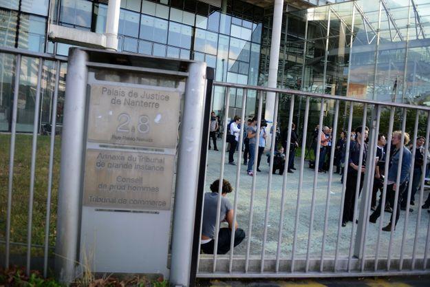 Première bataille judiciaire au tribunal de Nanterre, l'audience est reportée