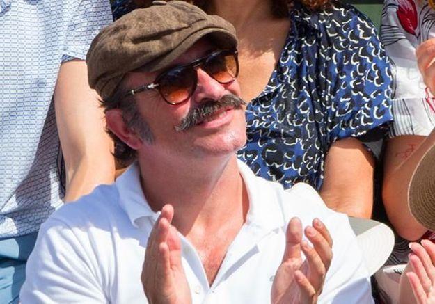 Jean Dujardin tout moustachu, avec Nathalie Péchalat, dans les tribunes de Roland Garros
