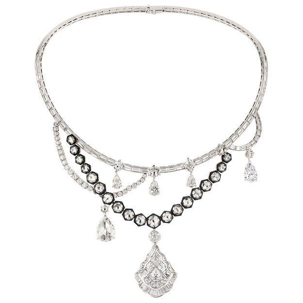 L'instant mode : découvrez les secrets de fabrication du collier Galerie des Glaces de Dior