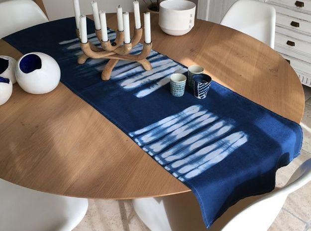 L objet d co du jour le chemin de table pur indigo for Objet de decoration de table