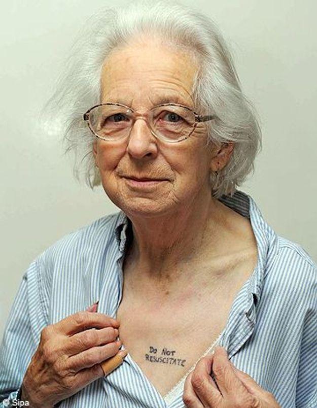 Une anglaise de 81 ans se fait tatouer ne me r animez pas elle - Phrase a tatouer ...