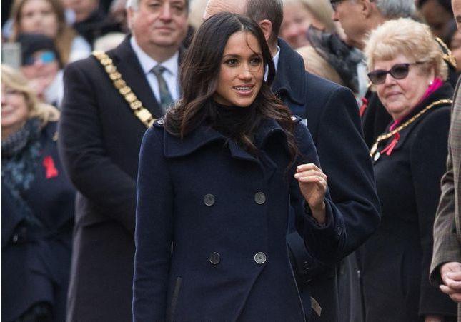 On veut le manteau bleu de Meghan Markle