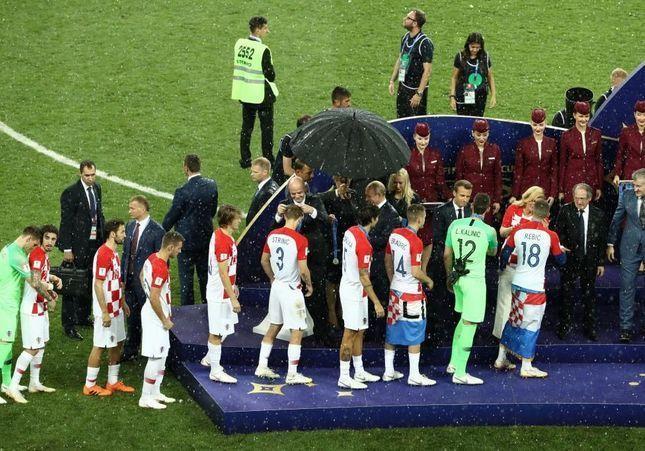 Mondial 2018 : quand la Présidente croate, reste sous la pluie alors que Vladimir Poutine s'abrite sous un parapluie