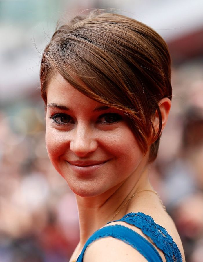 une m che xxl asym trique cheveux courts sur tapis rouge shailene woodley a tout bon elle. Black Bedroom Furniture Sets. Home Design Ideas