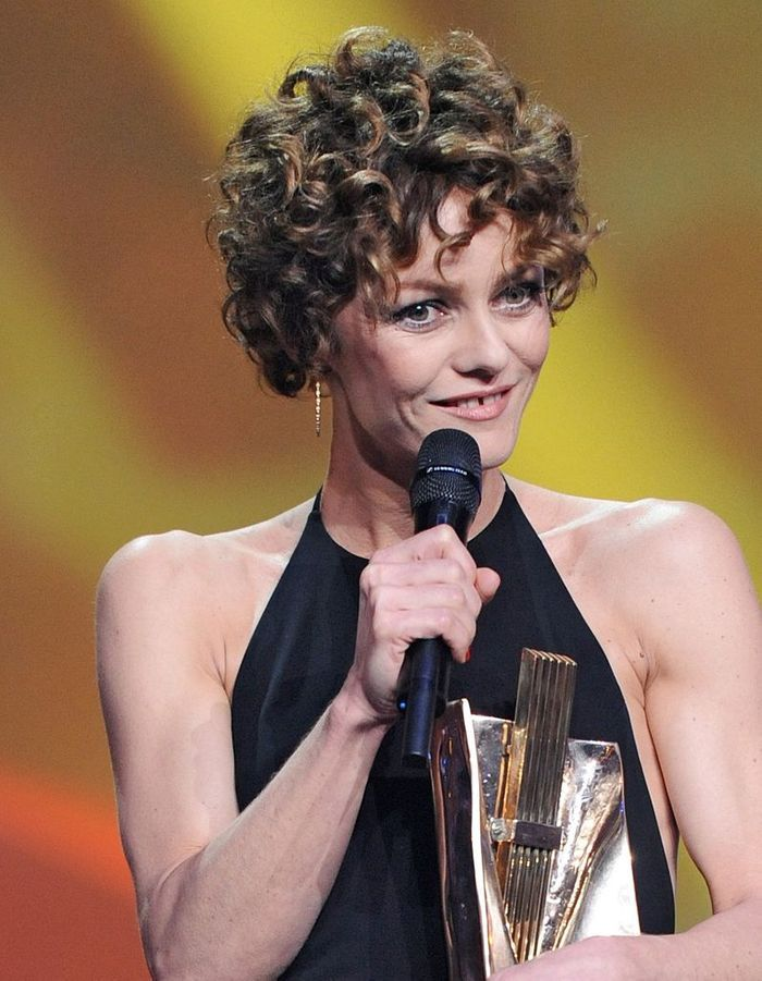 la coupe courte boucl e de vanessa paradis en 2014 les coiffures de vanessa paradis qui ont. Black Bedroom Furniture Sets. Home Design Ideas