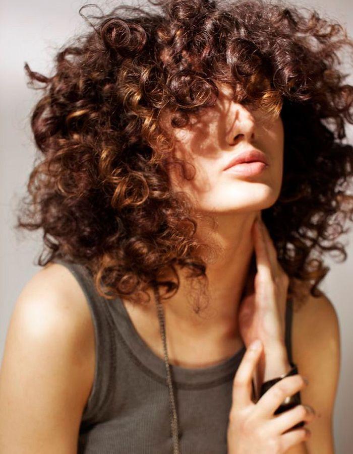 coiffure femme cheveux frises