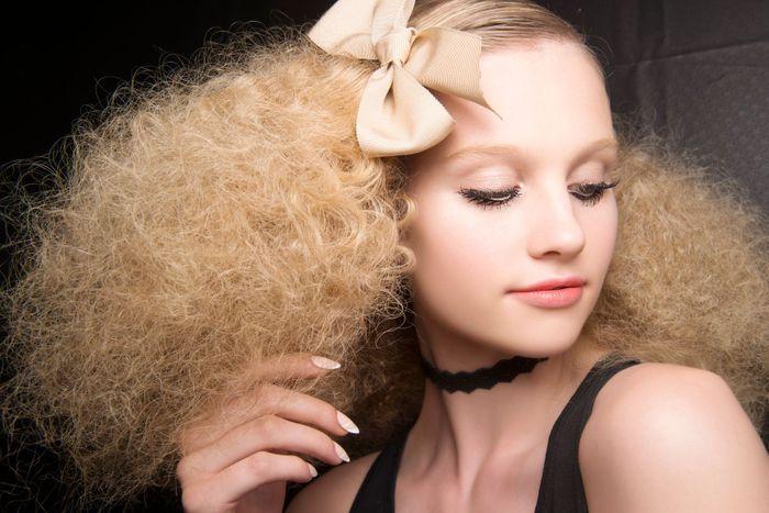 coiffure ann es 60 cheveux fris s coiffure ann es 60 et si on se mettait la tendance. Black Bedroom Furniture Sets. Home Design Ideas