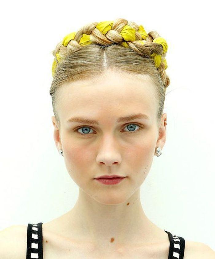 Coiffure avec foulard 20 id es de coiffures avec foulard elle - Coiffure tresse couronne ...