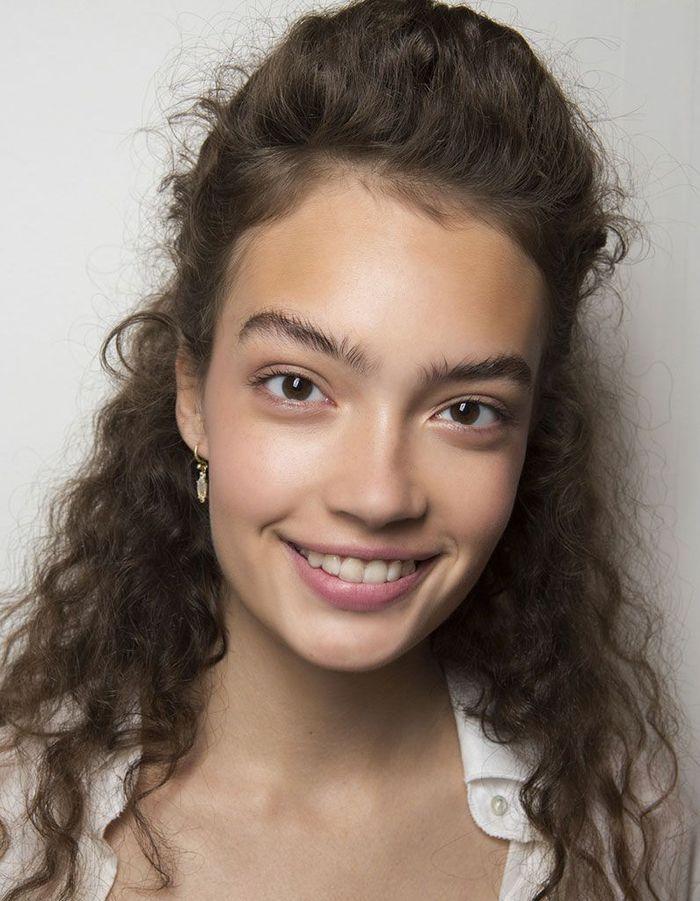 Half-up sur cheveux frisés