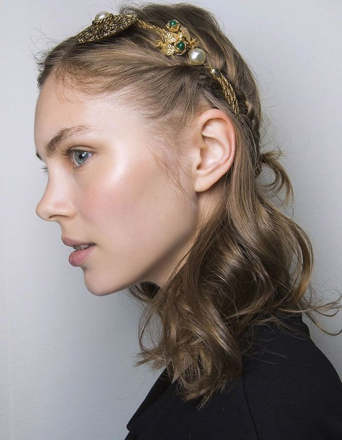Coiffure de Saint-Valentin avec accessoire pour les cheveux