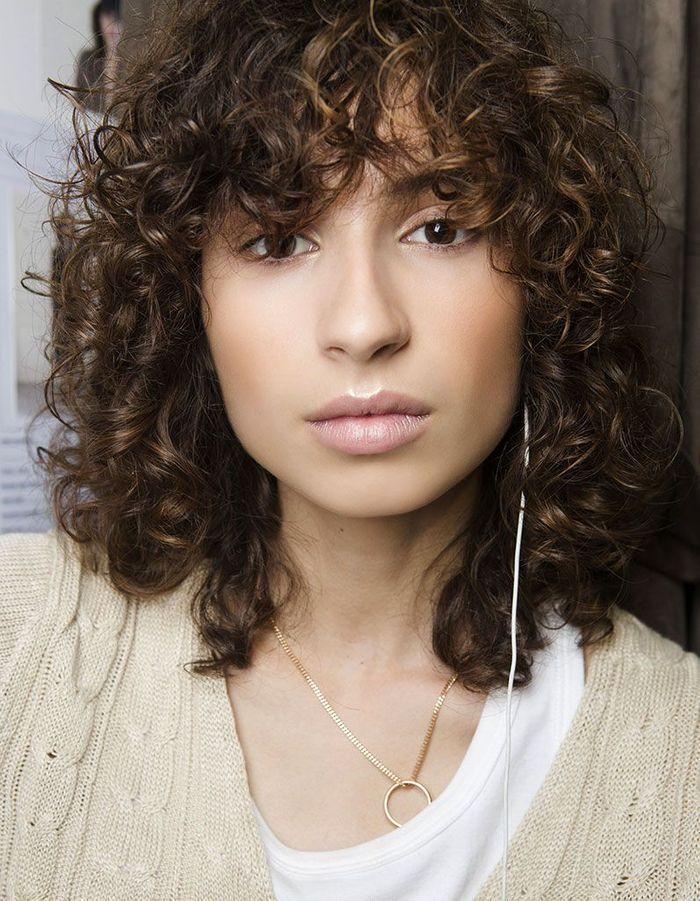 Frange longue cheveux bouclés