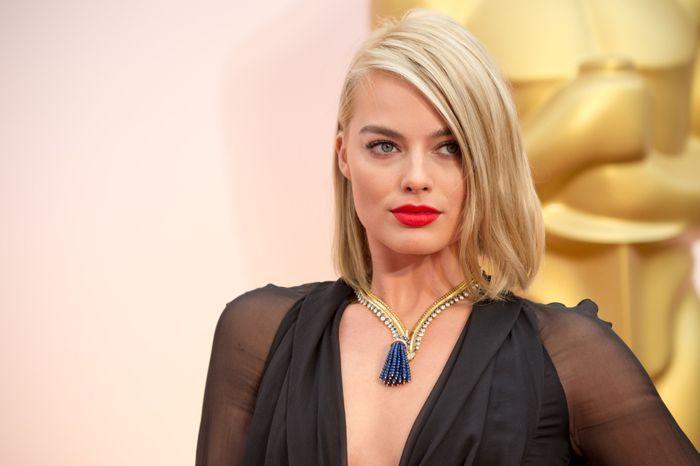 le blond platine de margot robbie 30 stars blondes qui illuminent le tapis rouge elle. Black Bedroom Furniture Sets. Home Design Ideas