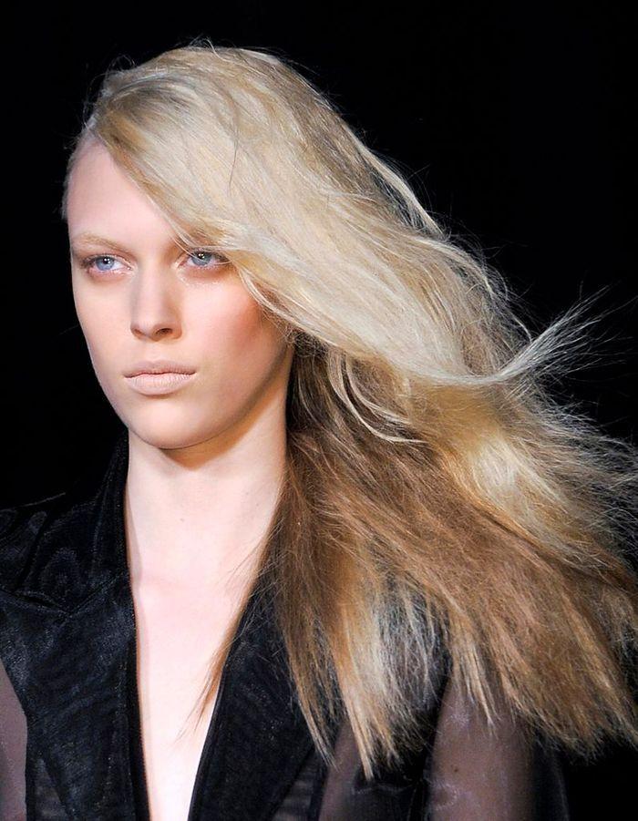 la coiffure one shoulder cheveux 10 id es coiffures par temps de pluie elle. Black Bedroom Furniture Sets. Home Design Ideas