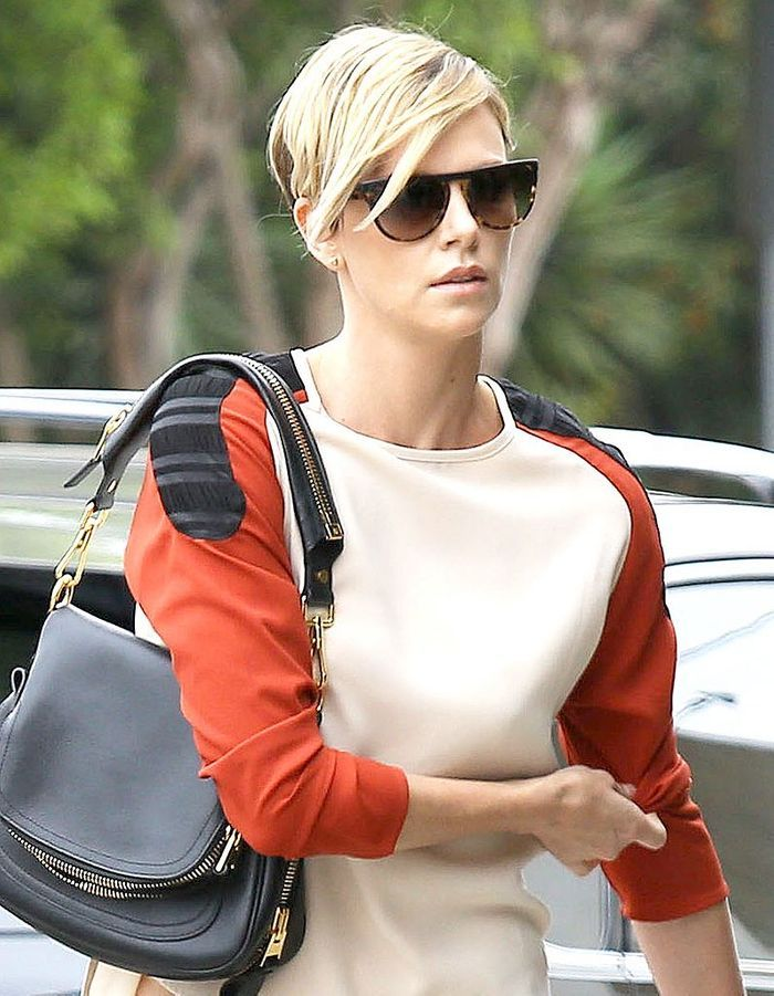 charlize theron avec sa nouvelle coupe asym trique coupe courte comment charlize theron. Black Bedroom Furniture Sets. Home Design Ideas