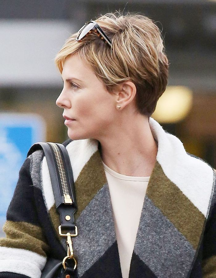 Charlize theron les cheveux blonds m ch s de brun coupe courte comment charlize theron g re - Meche blonde sur cheveux brun ...