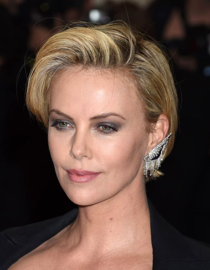 la m che fa on eighties coupe courte comment charlize. Black Bedroom Furniture Sets. Home Design Ideas