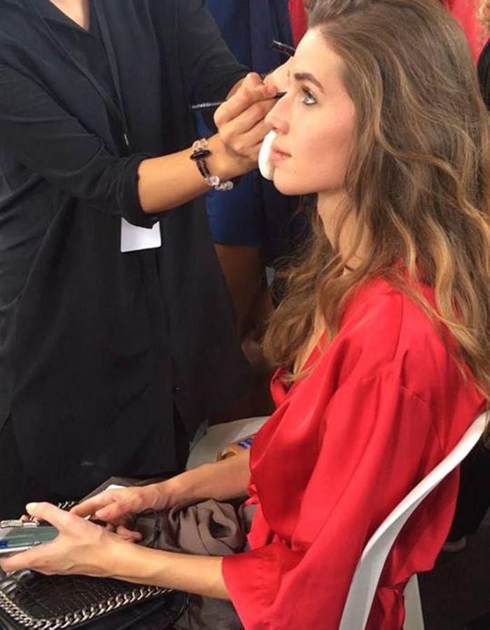 Dernière retouche maquillage avant le défilé Etam PE 2018
