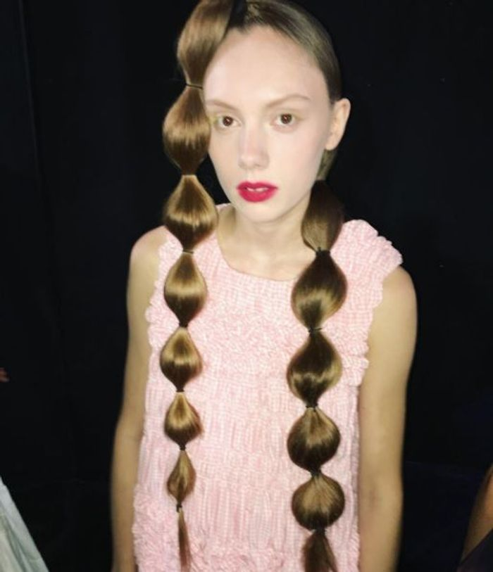 En backstage de Molly Goddard