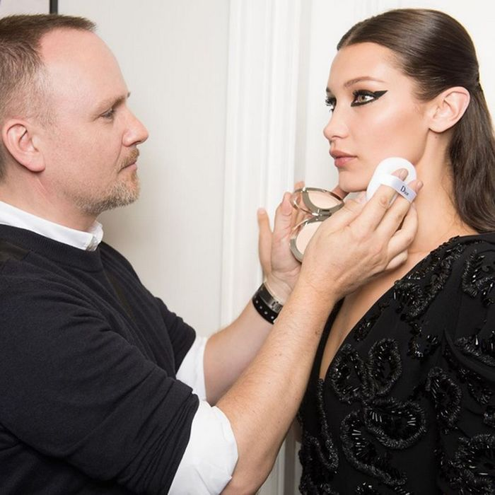 Peter Philips à l'oeuvre sur Bella Hadid en backstage Christian Dior Couture