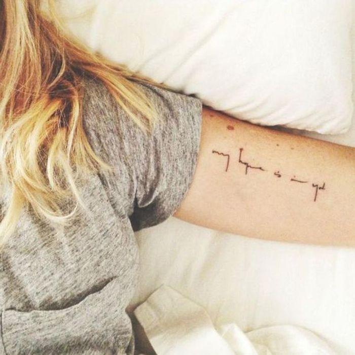 tatouage bras criture un tatouage sur le bras nos. Black Bedroom Furniture Sets. Home Design Ideas
