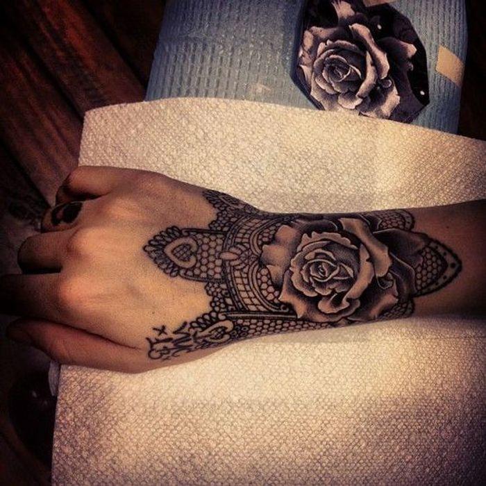 tatouage dentelle poignet tatouage dentelle la tendance qui se brode sur la peau elle. Black Bedroom Furniture Sets. Home Design Ideas