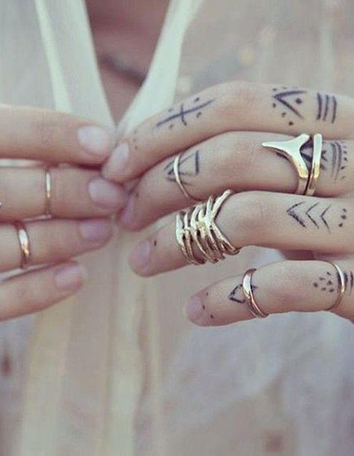 tatouage doigt bague des tatouages jusqu au bout des doigts elle. Black Bedroom Furniture Sets. Home Design Ideas