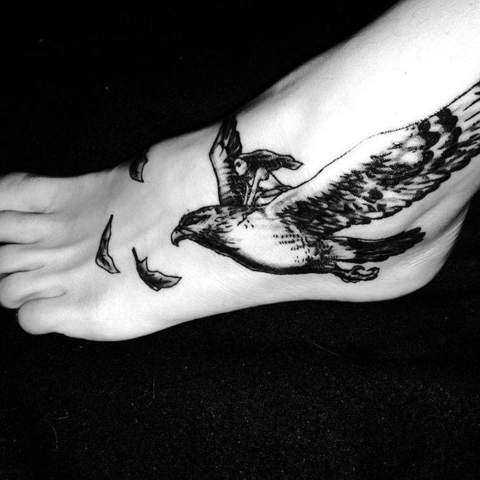 tatouage oiseau pied 20 tatouages d oiseau qui vont vous donner des ailes elle. Black Bedroom Furniture Sets. Home Design Ideas