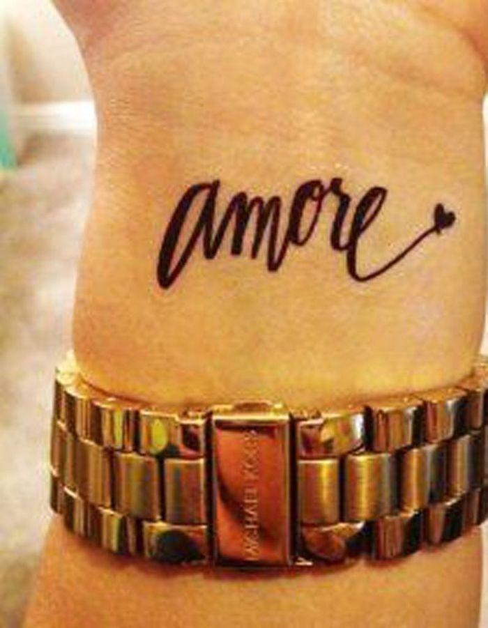 Tatouage phrase dans le creux du poignet 30 jolis messages se faire tatouer elle - Phrase a tatouer ...
