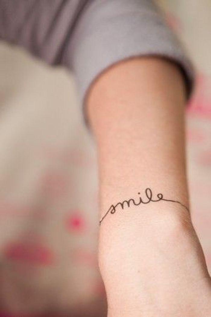 Tatouage poignet avec lettre