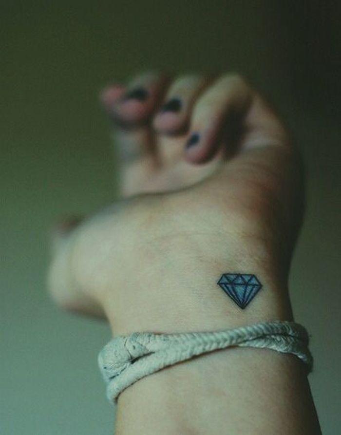 Tatouage poignet petit diamant