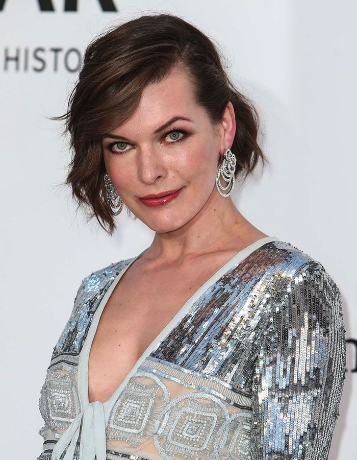 le carr asym trique de milla jovovich au festival de. Black Bedroom Furniture Sets. Home Design Ideas