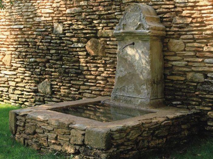 Fontaines un coin de r ve au jardin elle d coration for Fontaine de jardin en pierre ancienne