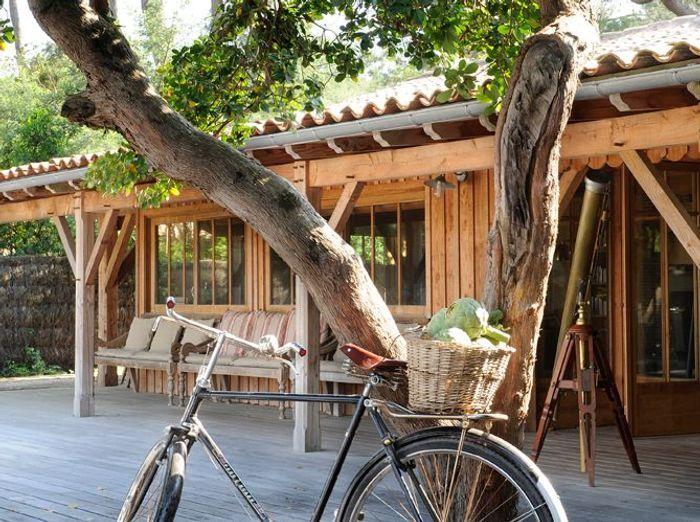 La maison du film 39 les petits mouchoirs 39 elle d coration - Maison en bois cap ferret ...