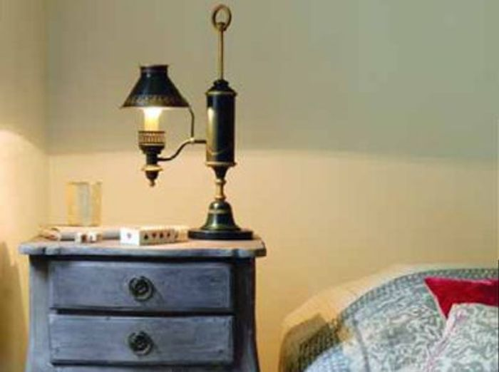 Lit lampe et chevet incontournable trio elle d coration for Lampe a accrocher au lit