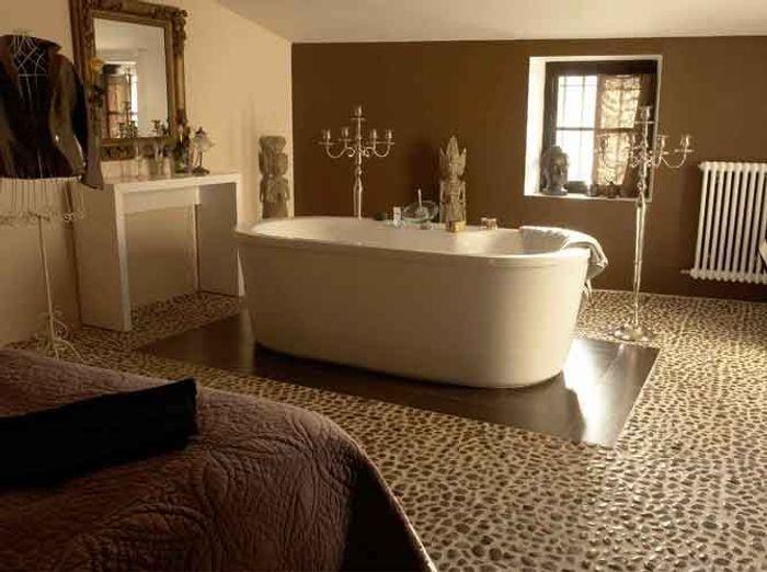 Quand la baignoire entre dans la chambre elle d coration for Baignoire dans chambre a coucher