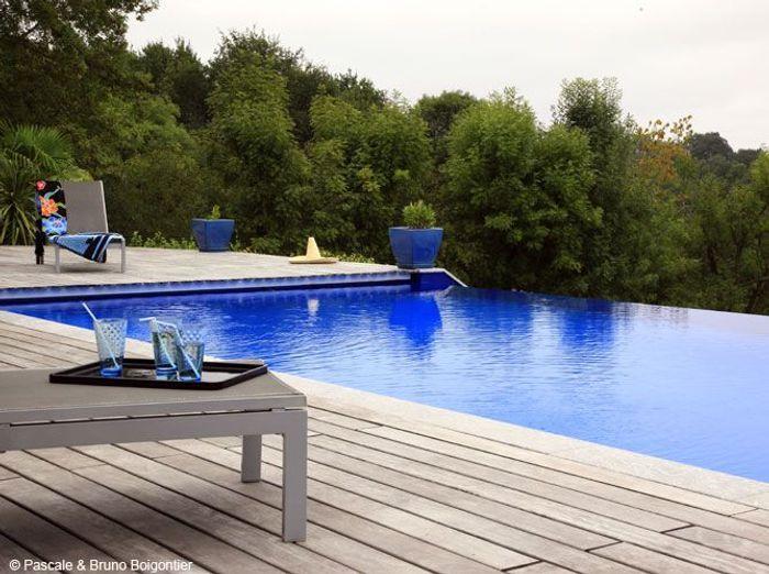 resize1-elle.ladmedia.fr/r/700,,forcex/img/var/plain_site/storage/images/deco/art-decoration/une-piscine-bleue-pour-rever-un-peu/une-piscine-bleue-pour-rever-un-peu2/69954343-1-fre-FR/Une-piscine-bleue-pour-rever-un-peu.jpg