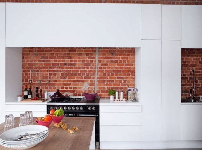 Visitez un loft qui est immense elle d coration for Credence cuisine rouge