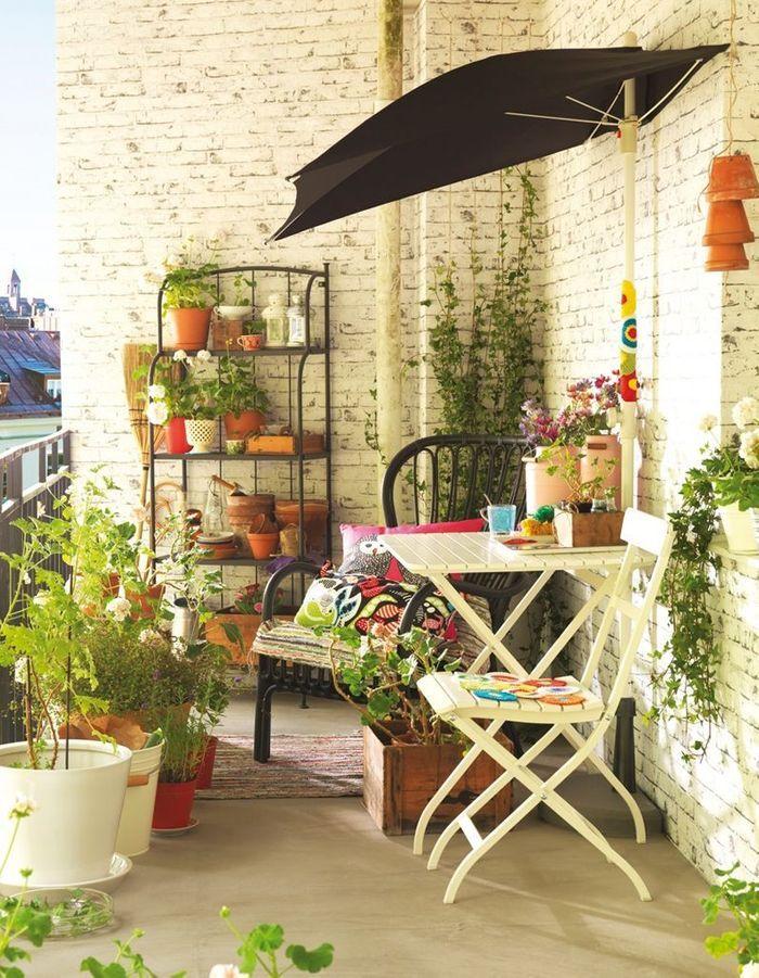 Adopter le fauteuil en rotin pour un petit balcon dans l'air du temps