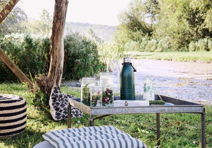 Optez pour des poufs et des coussins de sol dans le jardin