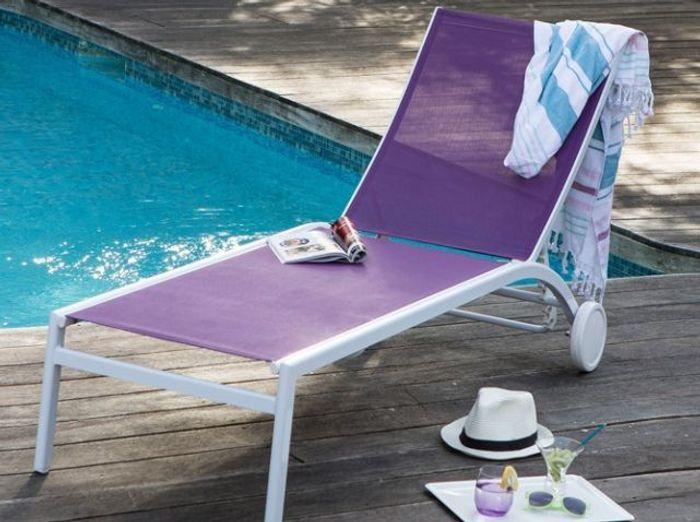 Chaise longue à roulettes violette